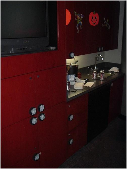 07-feb-12-brad-richards-suite-cabinet-pulls-are-hockey-pucks